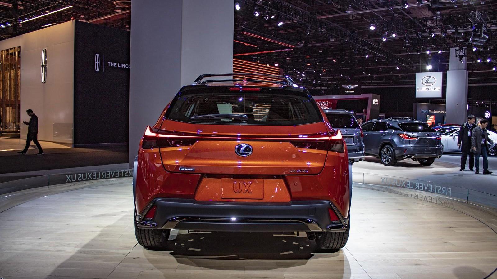 Novyj Lexus UX 2019 jekster'er, vneshnij vid, vid szadi, obzor, foto, tehnicheskie harakteristiki