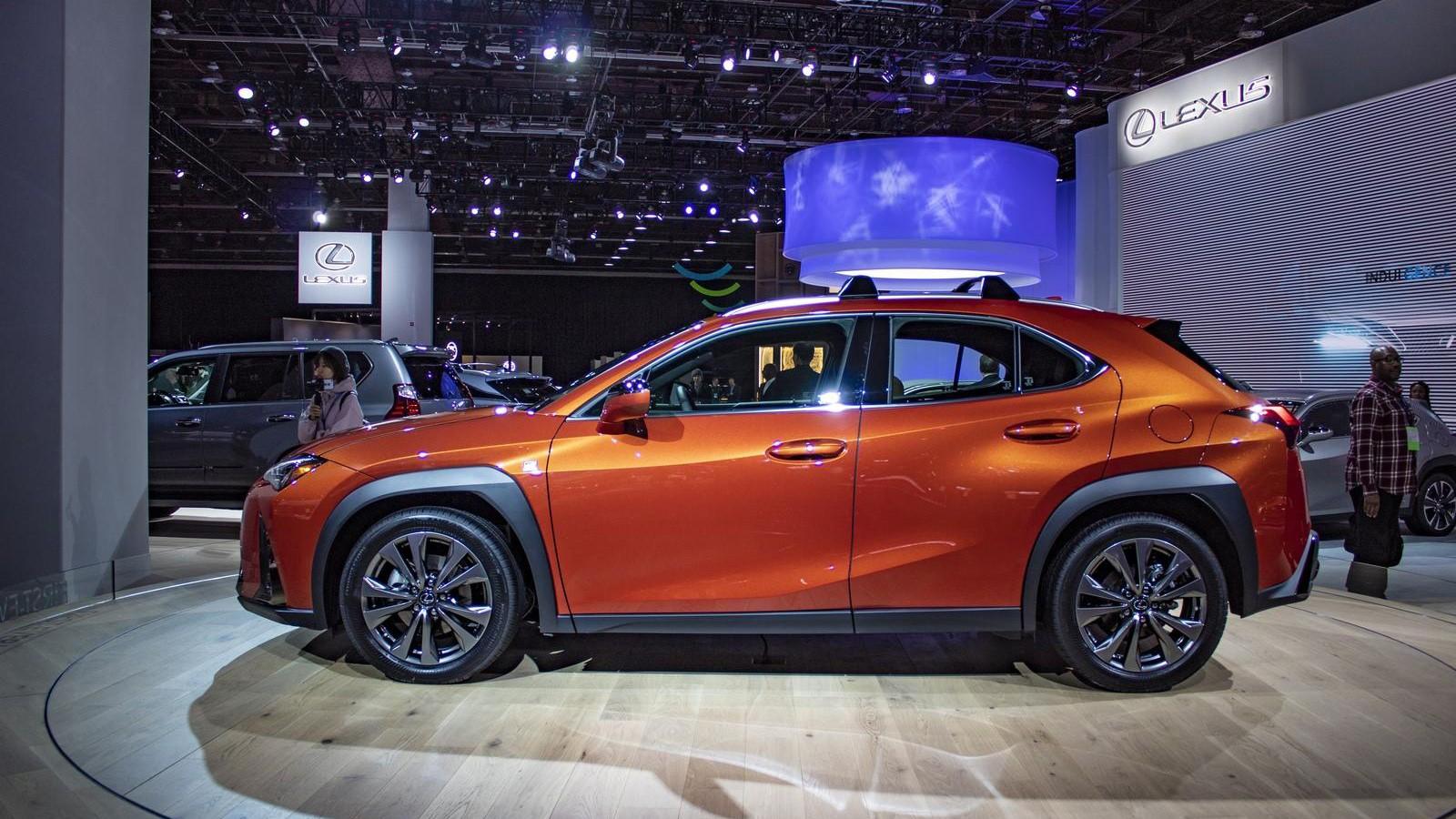 Novyj Lexus UX 2019 jekster'er, vneshnij vid, vid sboku, obzor, foto, tehnicheskie harakteristiki