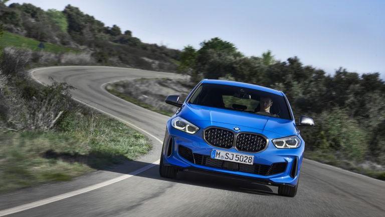 2019 BMV 1-j serii (BMW M135i xDrive) foto, jekster'er, vid speredi, obzor